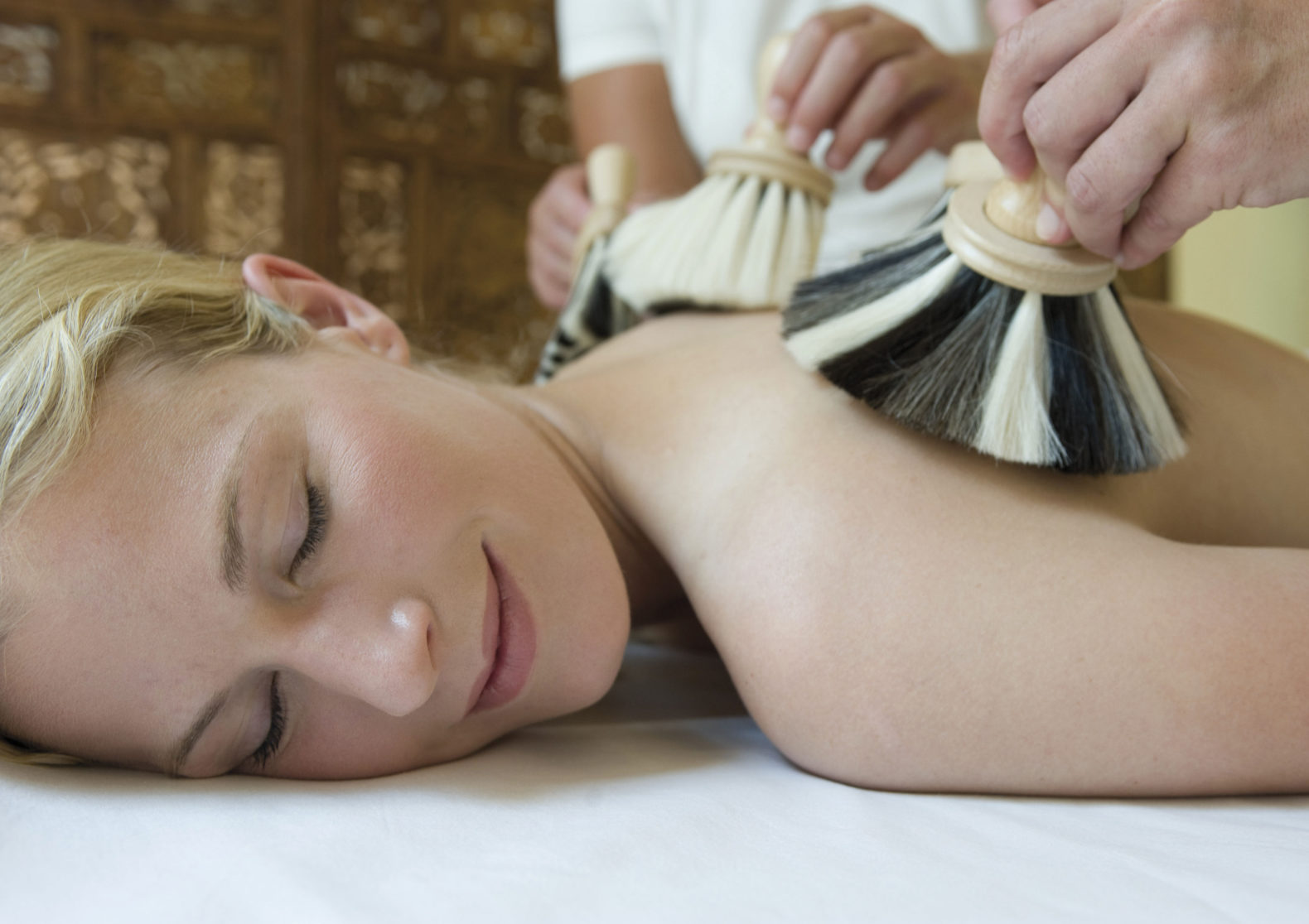 woman-ayurvedic-massage-cleansing-relax-ritual-india--hotel-ayurveda-parkschloesschen-germany