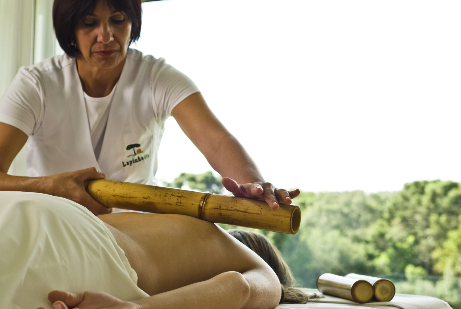 woman-traditional-spa-treatment-massage-wood-stick-bamboo-laphina-spa-brazil