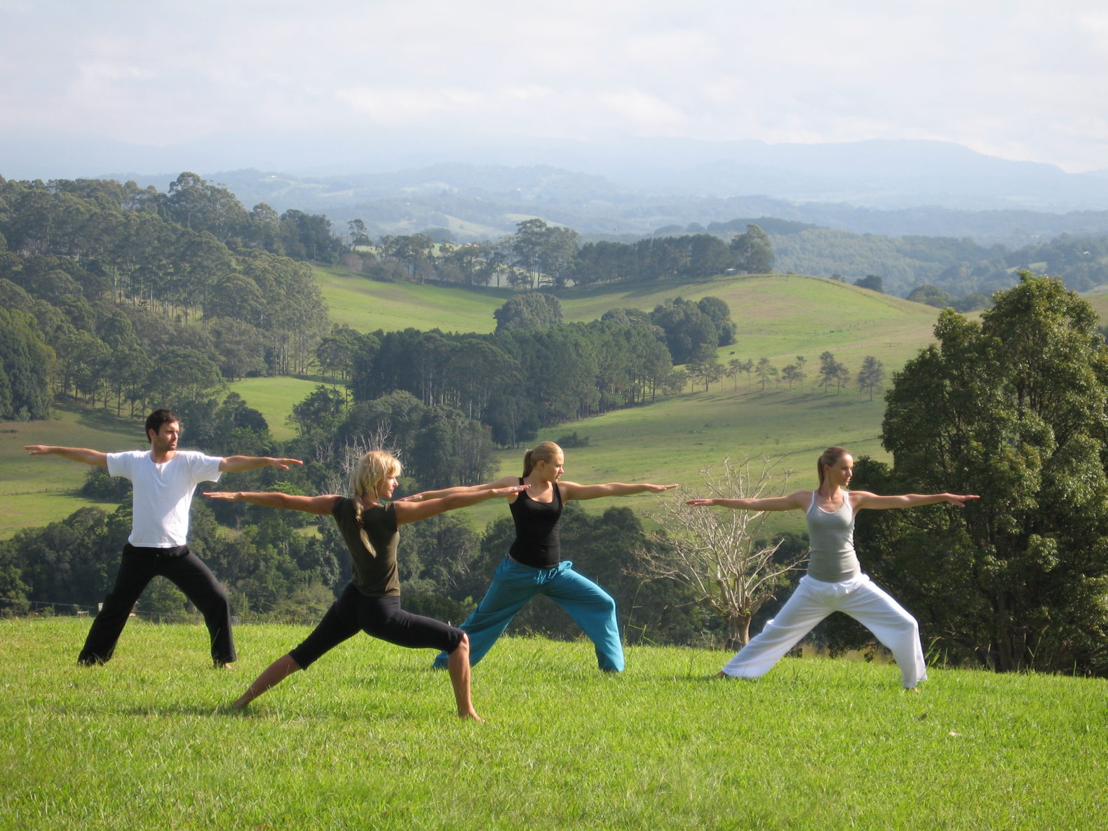 yoga-samira-lookout-class-wellbeing-energy-hills-view-outside-nature-gaia-retreat-spa-australia