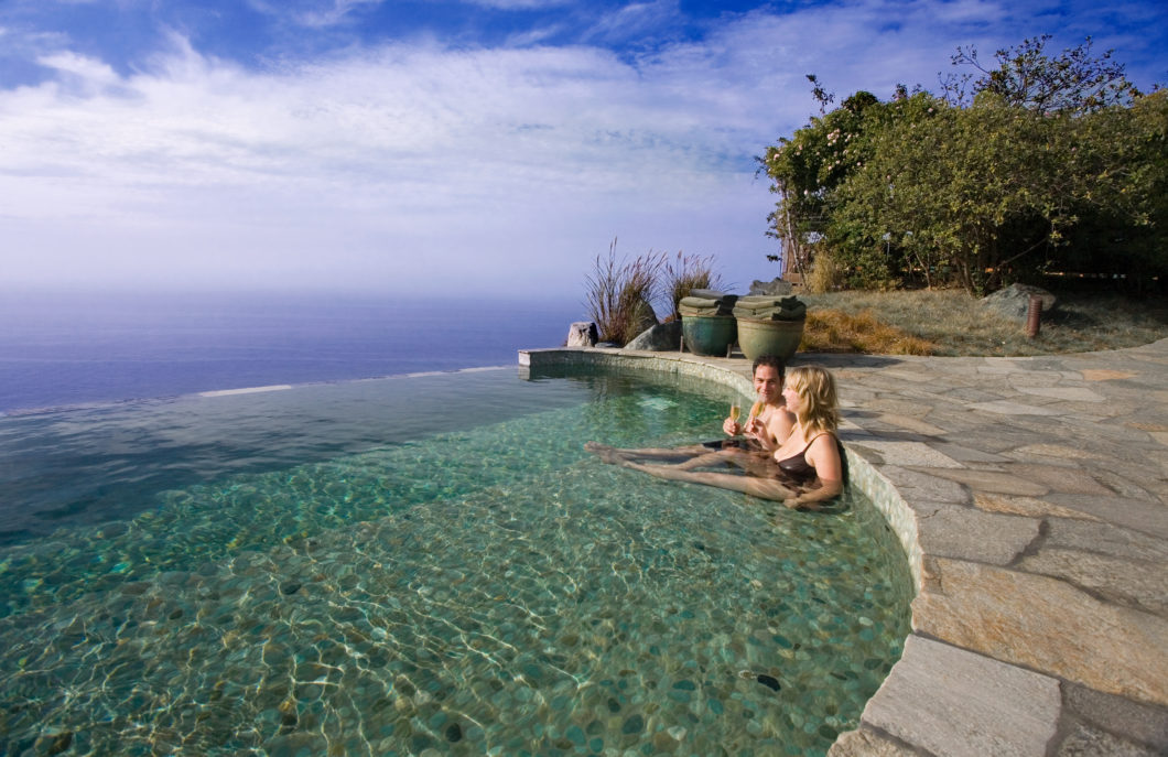 couple-infinity-pool-good-time-ocean-views-hillside-post-ranch-inn-california-usa