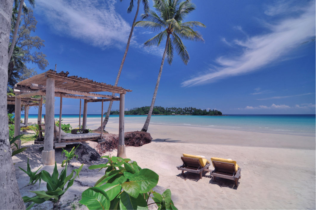 beach-white-sand-palmtrees-sunbeds-soneva-kiri-hotel-thailand-asia