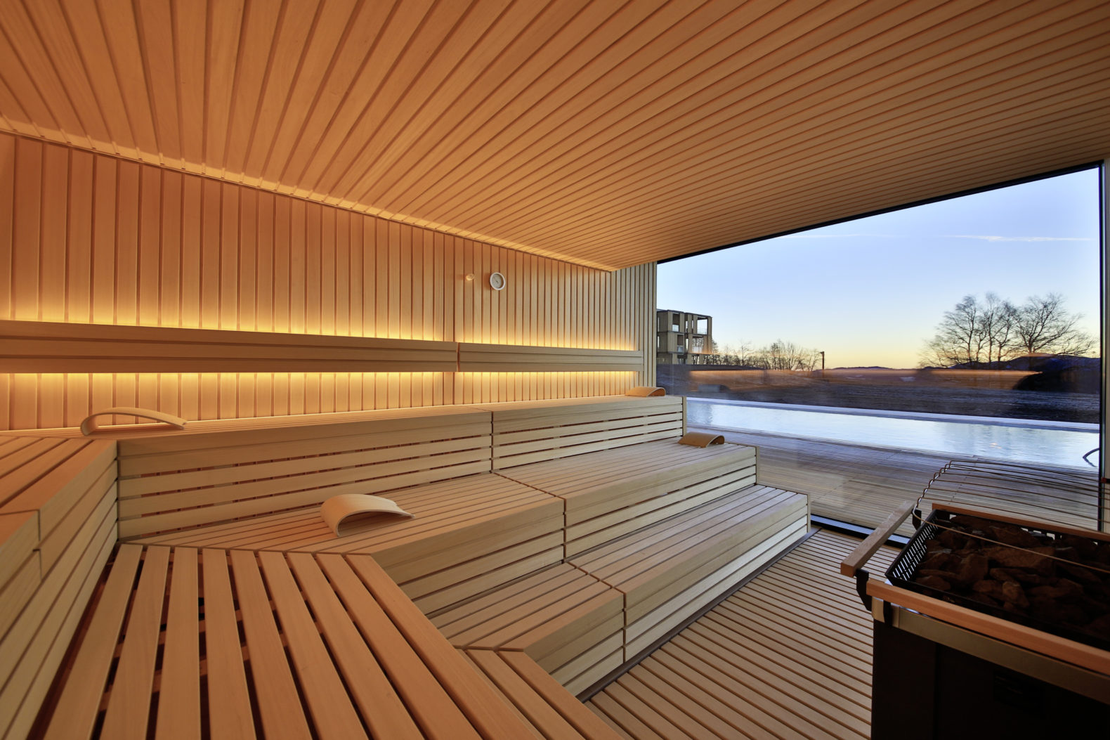 modern-wood-spacious-sauna-nature-view-windosws-sunset-goldenhour-light-lanserhof-tegernsee-germany