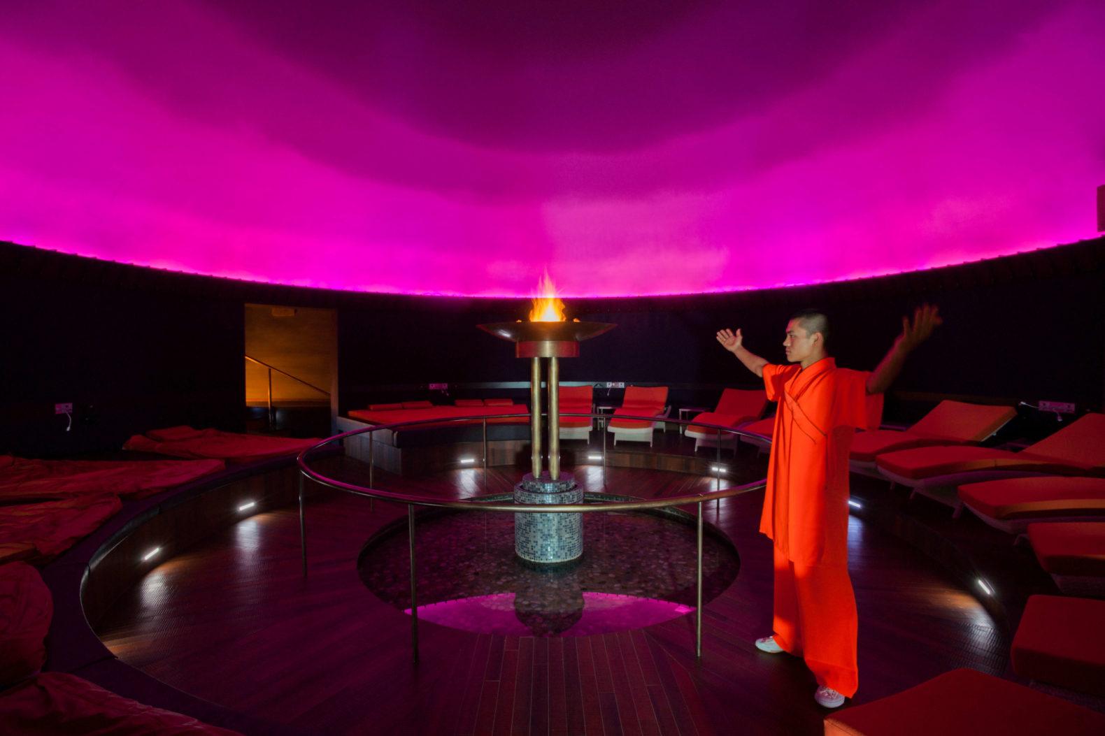 man-monch-buddhist-ritual-spiritual-atmosphere-posthotel-achenkirch-austria