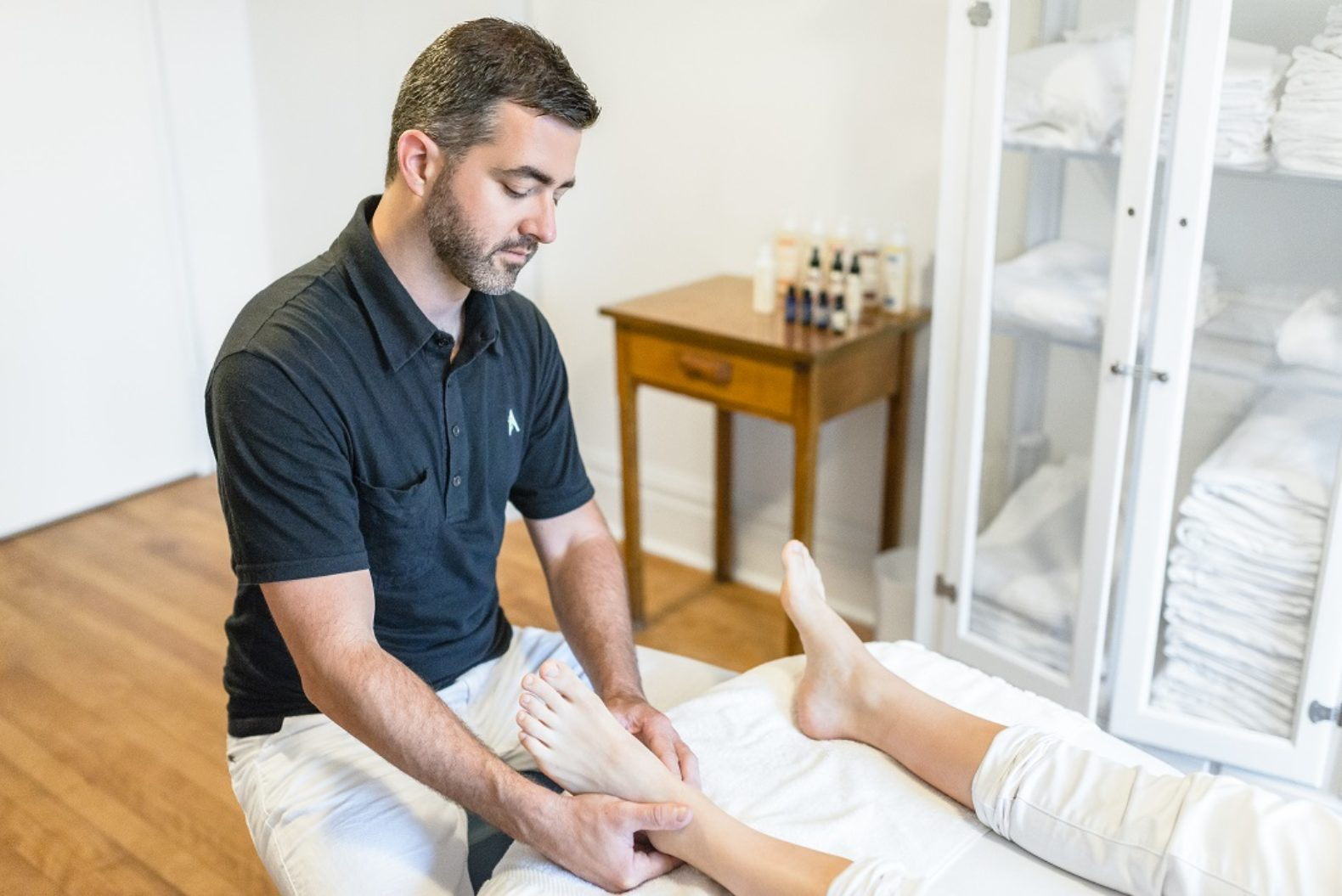 person-foot-massage-reflexology-releaxing-renewing-energy-le-monastère-des-augustines-canada