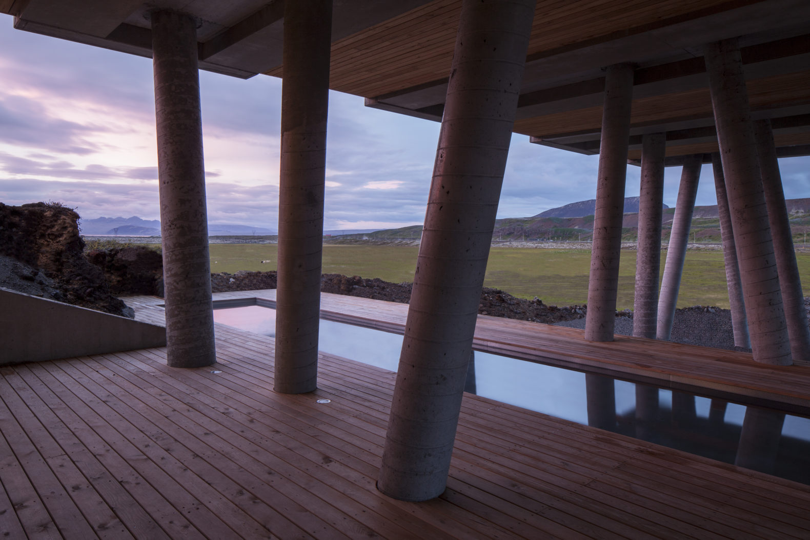 outside-swimming-pool-hottub-sunset-golden-hour-light-ion-luxury-adventure-hotel-iceland
