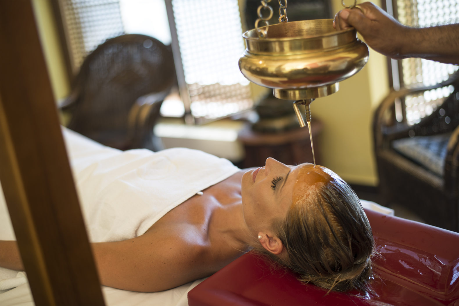 ayurveda-treatment-oil-cleansing-woman-therapy-medical-kurhaus-schaerding-austria