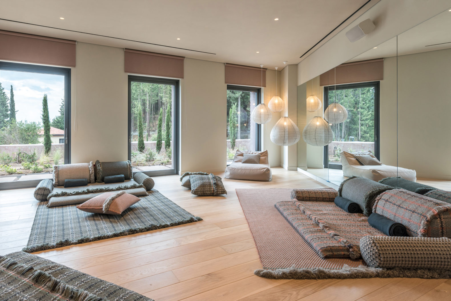 cozy-living-room-area-daybeds-pillows-timeout-relax-meditate-quality-time-euphoria-retreat-greece