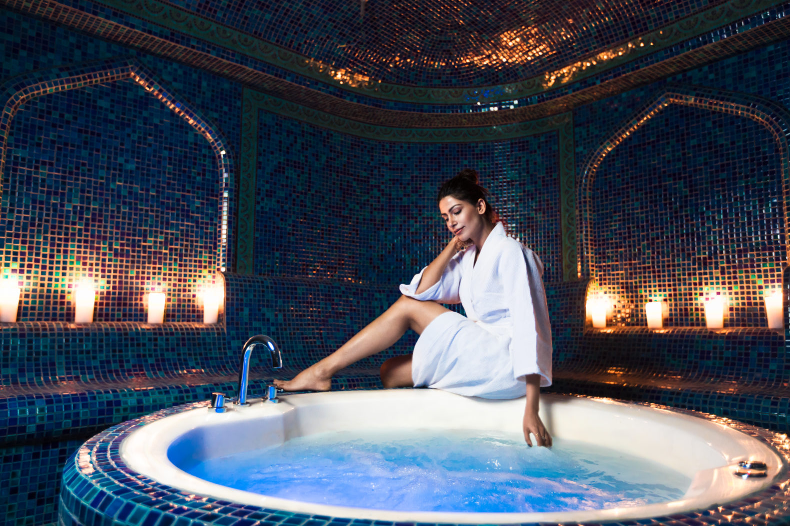 woman-hammam-hottub-candlelight-cleansing-relax-naad-wellness-india